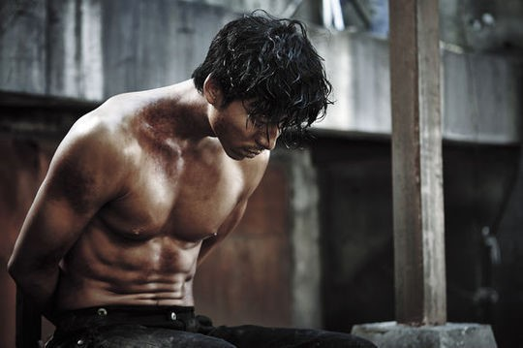Gong Yoo lộ bụng múi trong một bộ phim gây ấn tượng mạnh cho người xem.