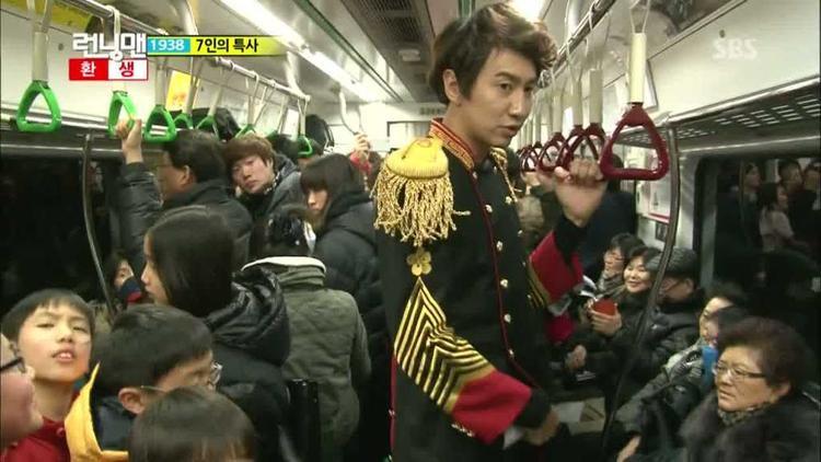 Hình ảnh Lee Kwang Soo mặc đồ thời xưa ngơ ngác đi tàu điện ngầm đem đến nhiều tiếng cười cho khán giả