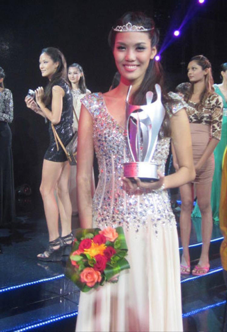 Lan Khuê từng đoạt giải á quân 2 cuộc thi Siêu mẫu châu Á 2012.