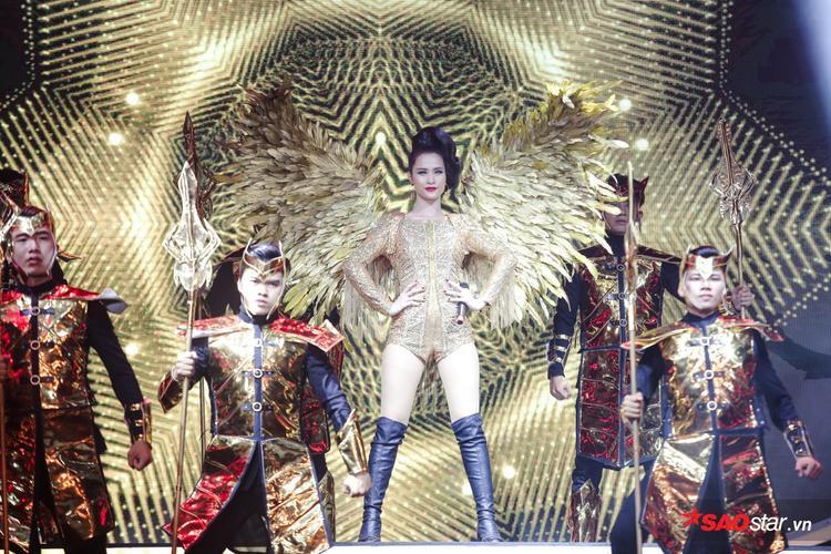Đông Nhi đổ bộ sân khấu với vũ đoàn và trang phục hoành tráng.