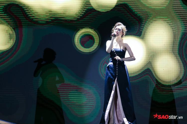 Đáng tiếc nhất trong ởLàn sóng xanh năm nay là Hari Won. Dù được đề cử ở 3 hạng mục Single của năm, Bài hát hiện tượng và Nữ ca sĩ triển vọng nhưng cuối cùng Hari phải ra về tay trắng. Hi vọng cô nàngsẽ may mắn hơn ở Làn sóng xanh 2017.