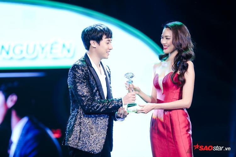 Rocker Nguyễn rất hạnh phúc với giải thưởng đầu tiên trong sự nghiệp.