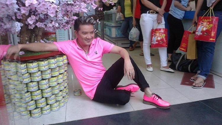 """""""Ông hoàng nhạc Việt"""" cũng có niềm yêu thích đặc biệt với màu hồng, vốn được coi là """"khắc tinh"""" của phái mạnh."""