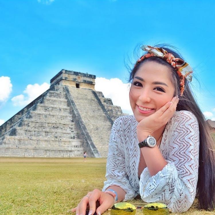 Xuất hiện tại nhiều kì quan thế giới dường như là niềm đam mê của nàng tiếp viên hàng không.