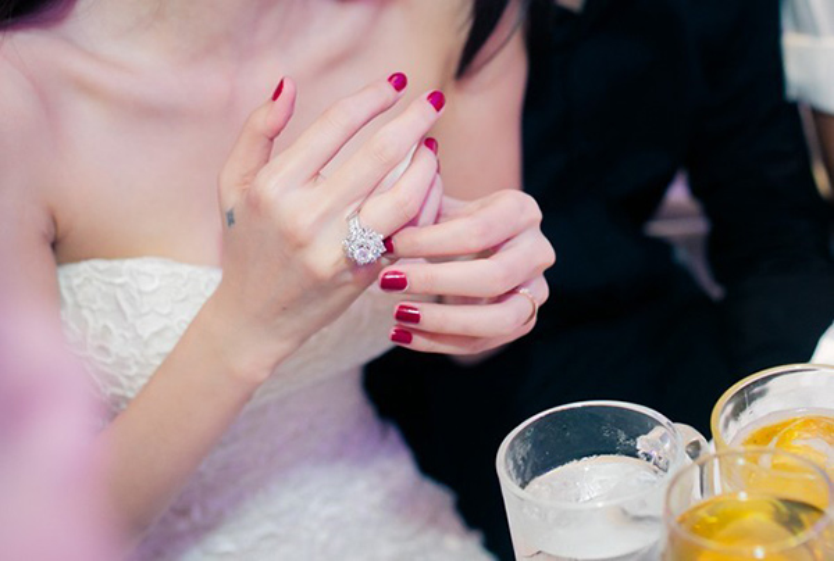 Trong đám cưới diễn ra vào tháng 12/2014, công chúng tỏ ra vô cùng ghen tỵ với Thủy Tiên khi được ông xã Công Vinh tặng nhẫn cướitrị giá hơn một tỷ đồnggồm 1 viên kim cương lớn ở giữa và nhiều viên kim cương nhỏ xung quanh.
