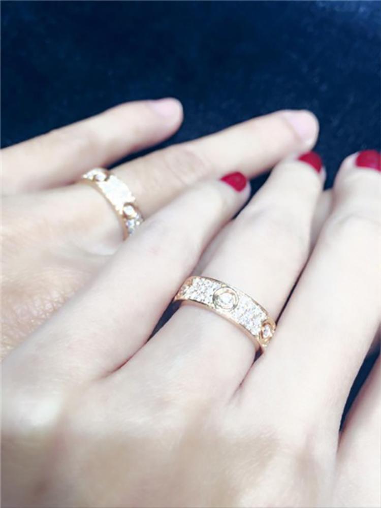 Sau đó, Công Vinh lại tặng món quà cưới cho Thủy Tiên cặp nhẫntrị giá tới vài trăm triệu đồng.