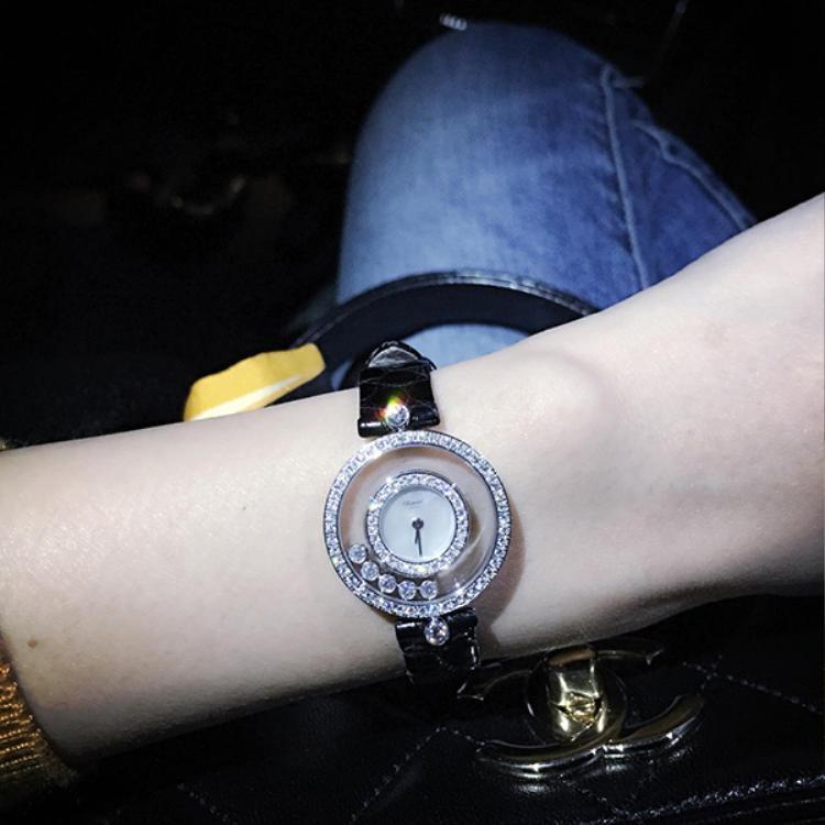 Thủy Tiên khoe đồng hồ kim cương chồng tặng kỷ niệm 9 năm yêu nhau.