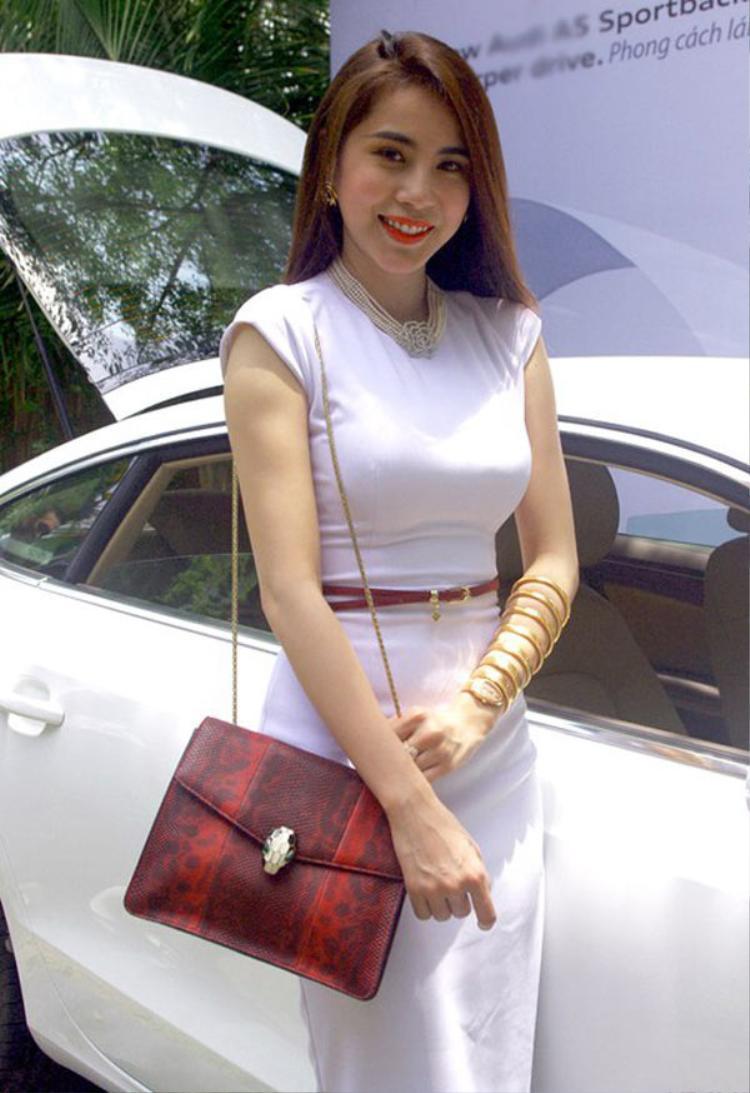 Trước đó, năm 2012, tiền đạo xứ Nghệ mạnh tay mua cho Thủy Tiên chiếc đồng hồvàng trị giá 4 tỷ đồng.