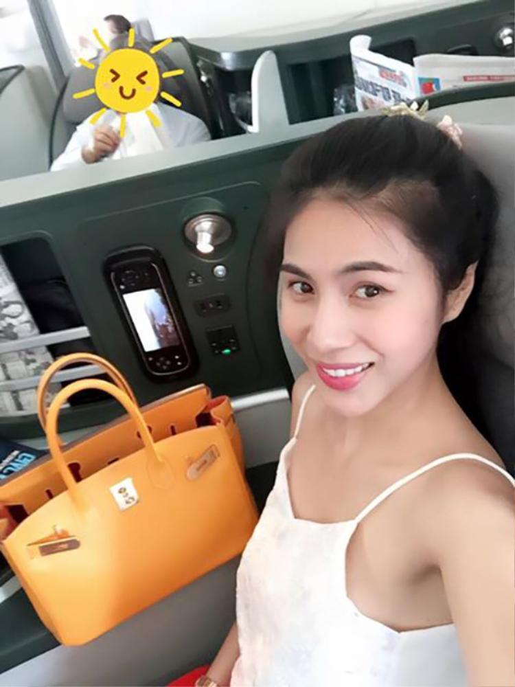 Công Vinh tiếp tục bổ sung vào bộ sưu tập của Thủy Tiên với chiếc túi xách màu cam giá 300 triệu đồng.