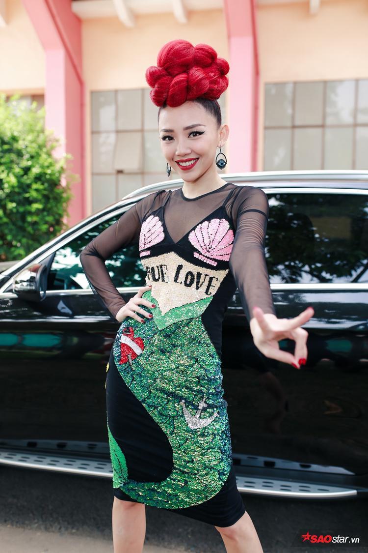 Tóc Tiên xuất hiện với mái tóc màu đỏ rực rỡ vô cùng ấn tượng.