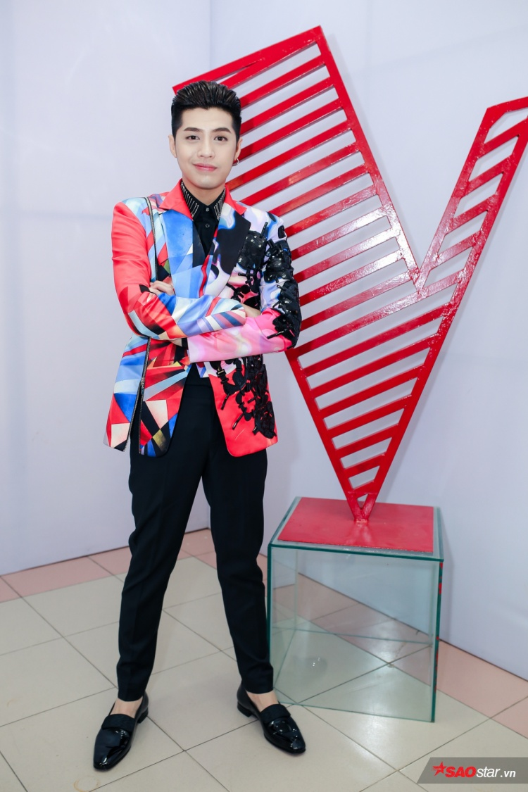 Nam huấn luyện viên Noo Phước Thịnh đã thay đổi trang phục khác trẻ trung và ấn tượng hơn với những họa tiết hình học cùng màu sắc độc đáo của NTK Võ Công Khanh khi chuẩn bị ghi hình Giọng hát Việt 2017.