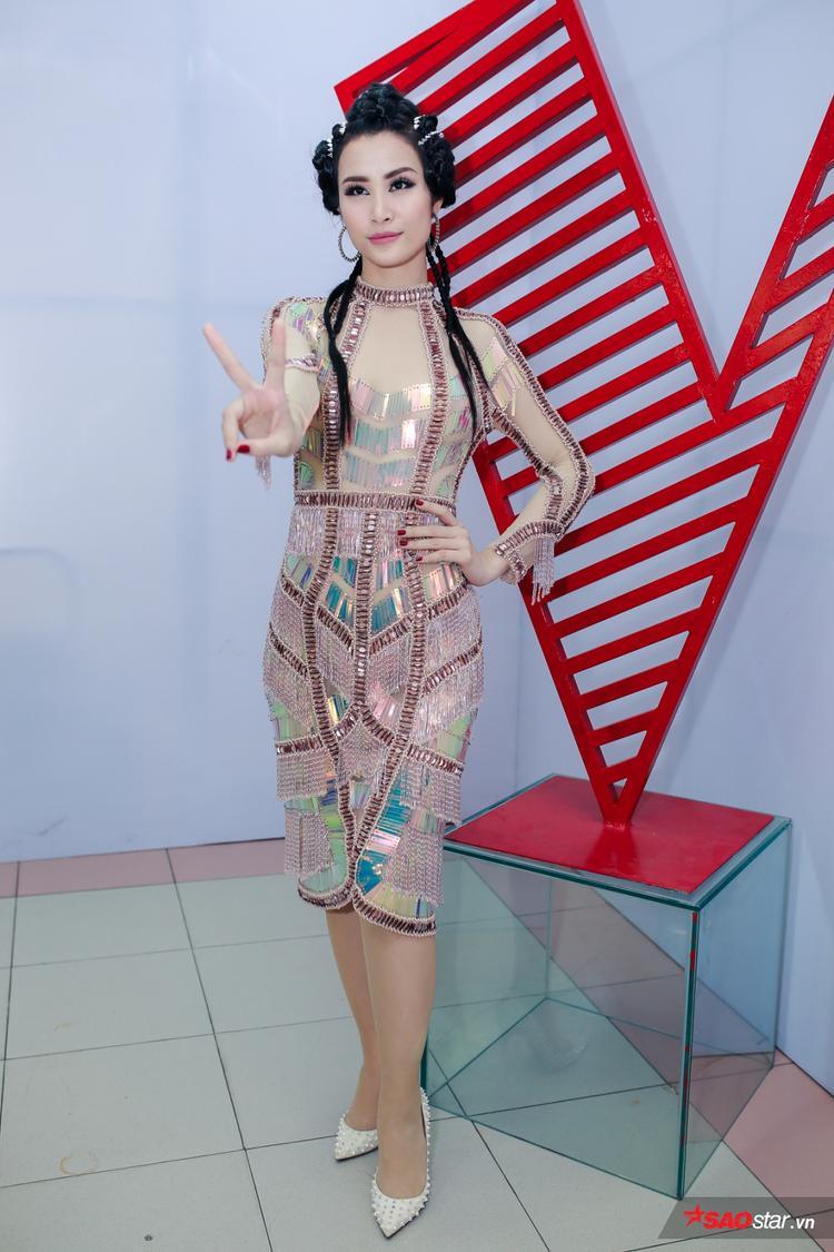 Đến với The Voice - Giọng hát Việt, nữ ca sĩ Đông Nhi bắt đầu lột xác hình tượng nữ tính, nhẹ nhàng của mình trở nên mạnh mẽ và cá tính trong một thiết kế ấn tượng của anh Nguyễn Công Trí.