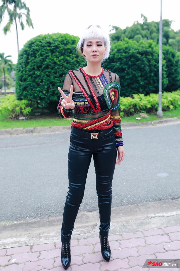 """""""Chị đại"""" Thu Minh với mẫu áo đính kết xuyên thấu của thương hiệu Versace hòa phối với quần da và giày boots cá tính."""