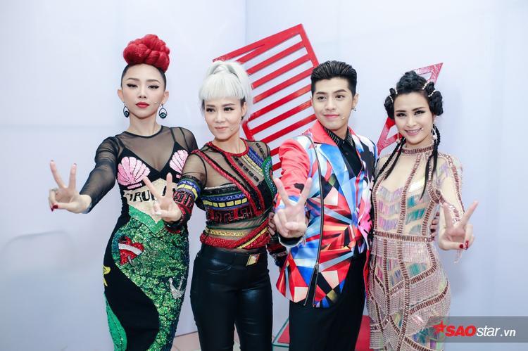 Dàn huấn luyện viên của The Voice - Giọng hát Việt cùng những trang phục vô cùng cá tính, nổi loạn.