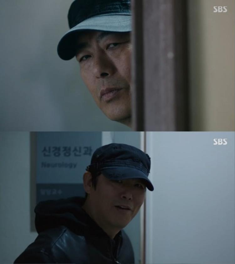 Tên sát nhân luôn ẩn hiện theo dõi Yoon Jae và Shim Chung.