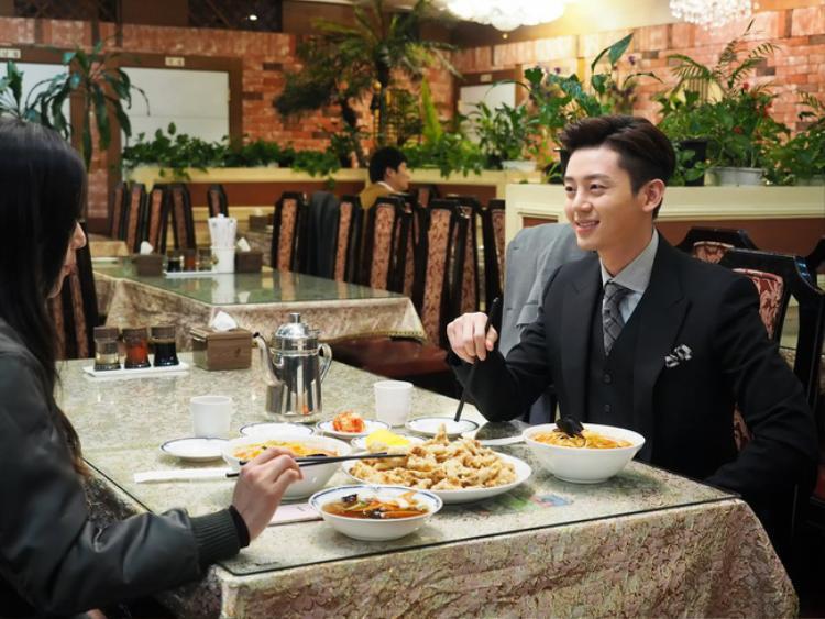 Chi Hyun- ông anh của Yoon Jae tìm cách tiếp cận nàng tiên cá ngây thơ.