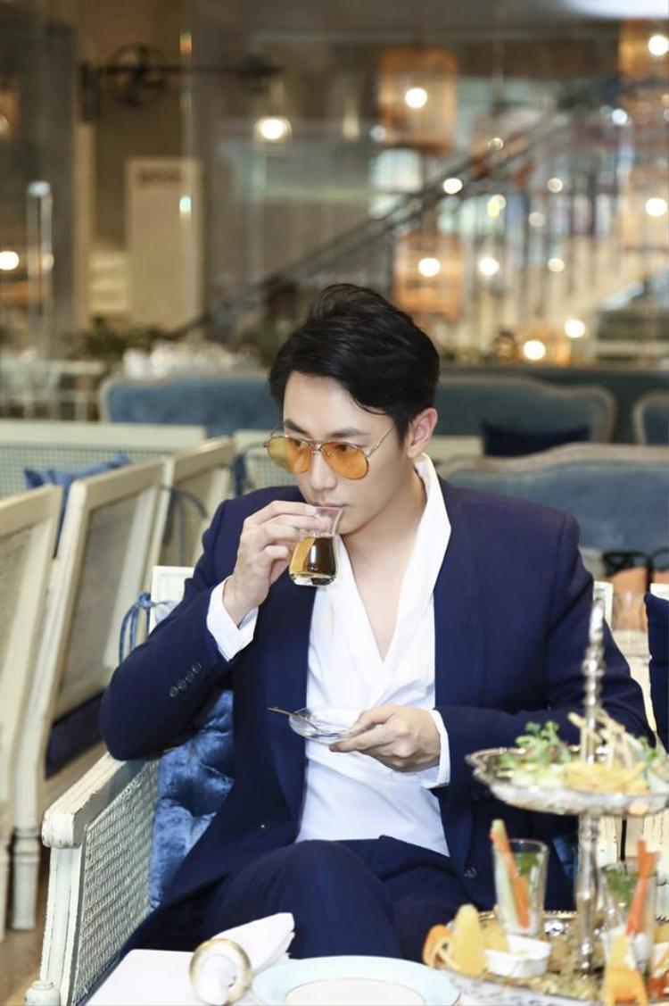 Rocker Nguyễn chọn chiếc áo sơ mi trắng mặc trong một dịp gặp mặt bạn bè cuối năm.