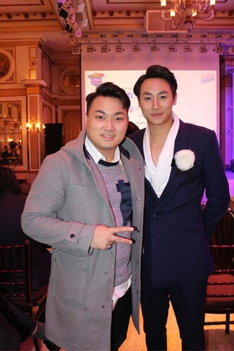Có lẽ cách mix áo sơ mi trắng cùng vest được Rocker Nguyễn lựa chọn nhiều nhất.