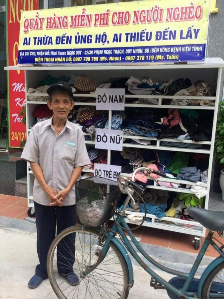 Sợ không được nhận quần áo từ thiện cụ ông phải mang sổ hộ nghèo đi làm chứng