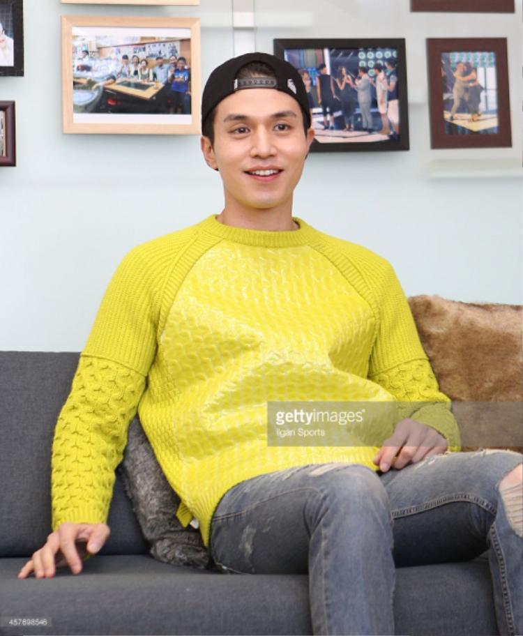 Dù diện trang phục như thế nào thì chàng trai vẫn không quên tạo điểm nhấn cho mình bằng các sắc màu nổi bật.