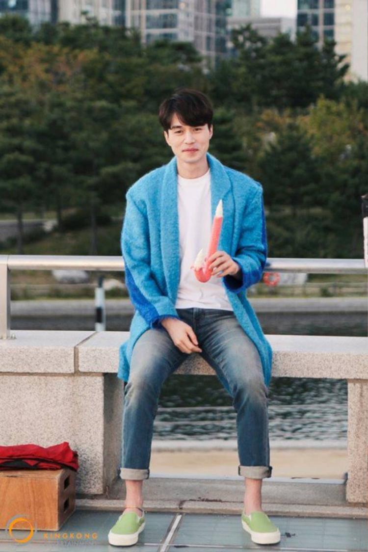 Những mẫu áo len dáng dài cũng luôn là lựa chọn hàng đầu của nam thầnLee Dong Wook .
