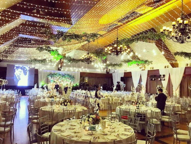 Không gian tiệc cưới với trang trí lung linh và ấm áp.