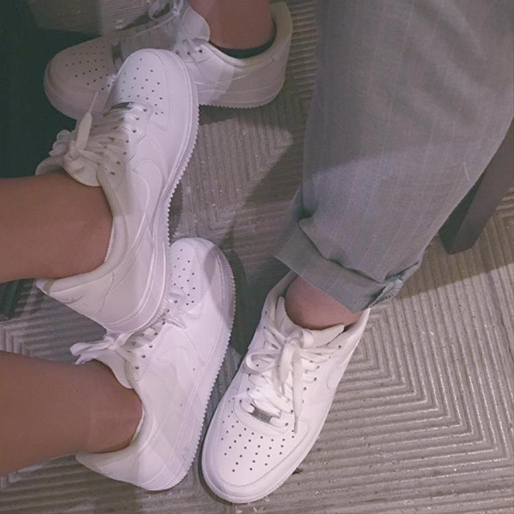 Từ hình ảnh nắm tay tình tứ, đi giày đôi…