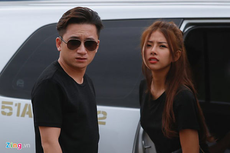 Phan Mạnh Quỳnh diện áo đôi xuất hiện cùng bạn gái vào chiều 4/1 ở TP HCM.