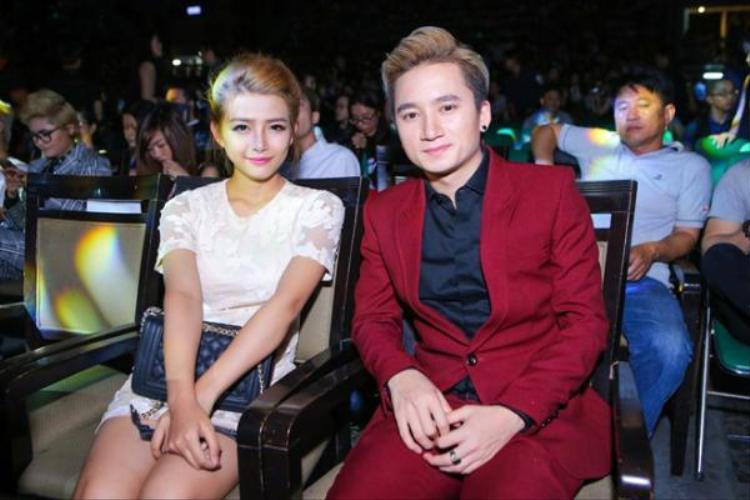 Không ít lần, Phan Mạnh Quỳnh tay trong tay với bạn gái đi sự kiện.