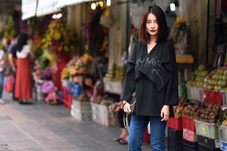 Trong một lựa chọn khác, Quỳnh Chi chọn áo có thiết kế khá độc đáo với những vạt chéo layer trước ngực.
