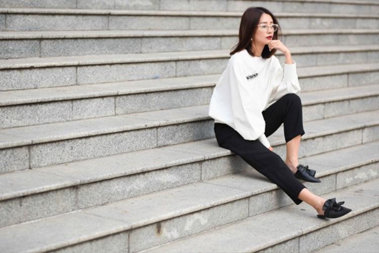 Lựa chọn thứ 3 mà Quỳnh Chi muốn giới thiệu cho các nàng chính là áo thun chui đầu - item không thể thiếu trong tủ của các tín đồ thời trang.