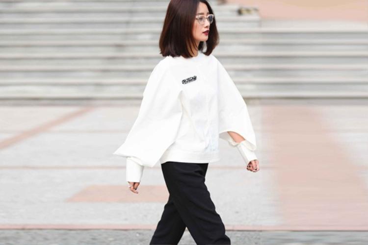 Không quá cầu kỳ về trang phục nên lựa chọn mái tóc ngắn suôn mượt cho #ootd này hoàn toàn ghi điểm trước mắt người hâm mộ, Kim Chi hiện đại và cá tính hơn.