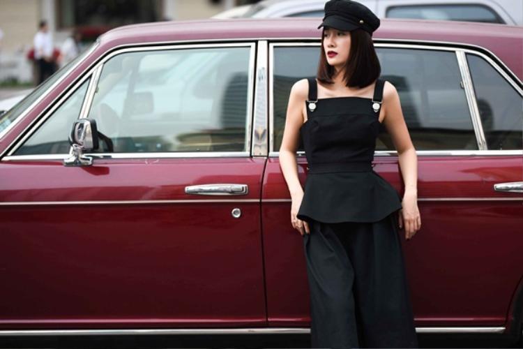 Đây đích thị là phong cách thời trang cổ điển mà Quỳnh Chi đã nhắc tới. Với set đồ này, cô nàng thể hiện rất tốt phong cách all-black - xu hướng chưa có dấu hiệu giảm nhiệt trong thời gian qua.