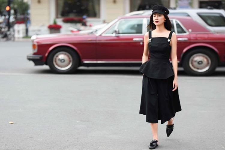 Chiếc mũ thủy thủ và đôi giày chính là yếu tố tạo nên vẻ cổ điển cho tổng thể diện mạo của Quỳnh Chi trong outfit.