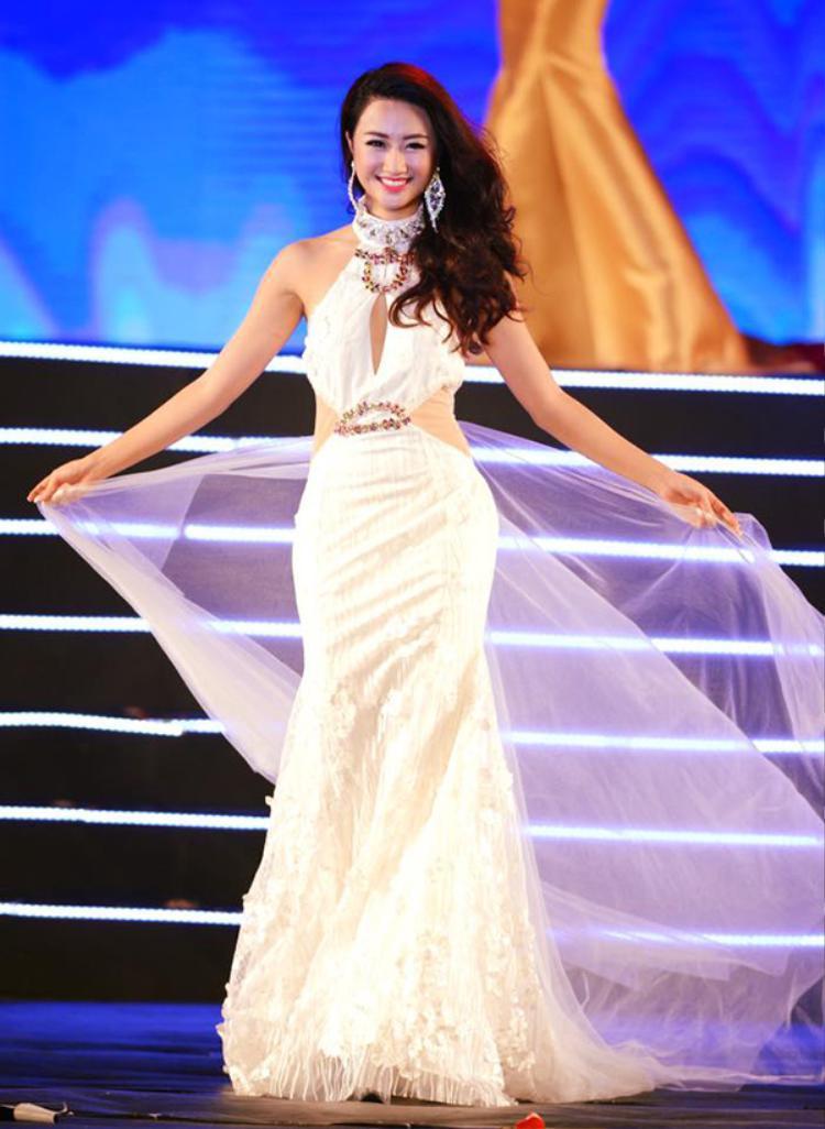 Hoa hậu Bản sắc Việt toàn cầu 2016 Thu Ngân sinh năm 1996, tại Hải Phòng. Cô có chiều cao 1m7, số đo 3 vòng là 87-59-92.