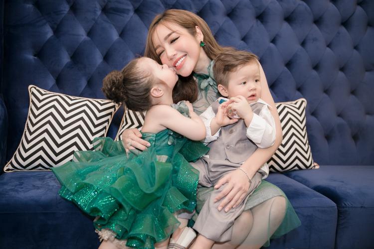 Elly Trần cực quyến rũ, lần đầu xuất hiện cùng hai con cưng