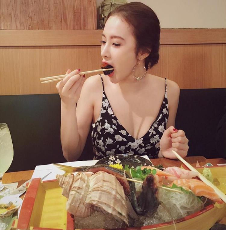 Thậm chí là khi đang mải mê ăn uống, nữ diễn viên vẫn rất xinh đẹp.