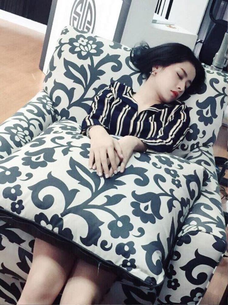 Dù là khi ngủ gật, nữ diễn viên 9X vẫn vô cùng hoàn hảo.