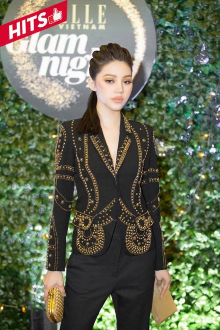 Hoa hậu người Việt tại Úc chọn vest của NTK Vân Anh Đỗ khá ấn tượng với hoa văn nổi được đính kết đẹp mắt. Cô vẫn lựa chọn tone trang điểm nâu đất như mọi khi và dần trở thành thương hiệu khiến người hâm mộ nhớ tới.