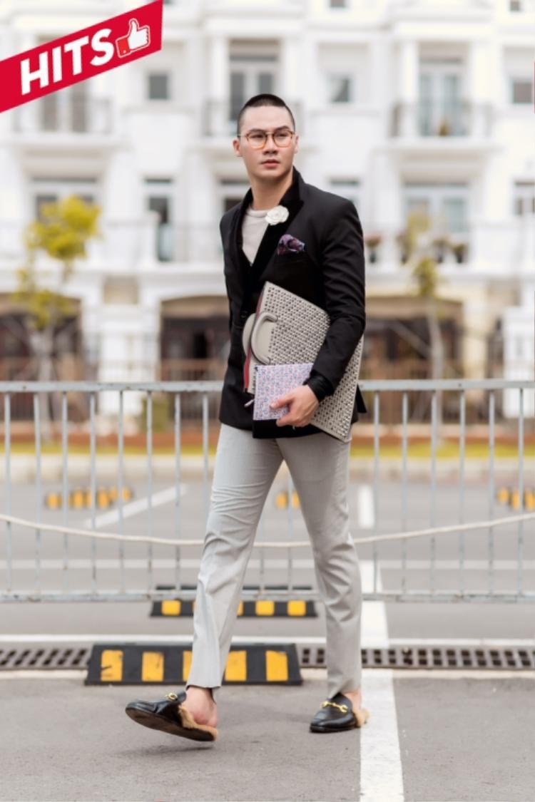 Stylist Khuất Năng Vĩnh chọn giày hiệu Gucci cho street style sang chảnh của anh. Vẻ ngoài lịch lãm, bảnh bao khiến người hâm mộ lầm tưởng anh vừa bước ra từ một buổi tiệc sang trọng đầu năm nào đó.