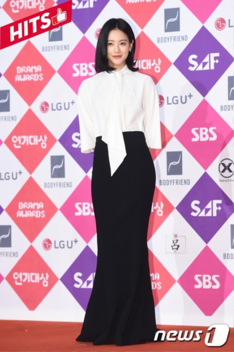 Oh Yeon Seo đơn giản mà thanh lịch khi mix trang phục với 2 gam màu cơ bản của trắng và đen.