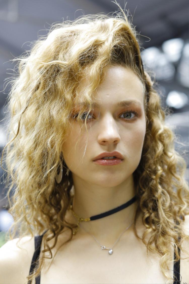 Xu hướng tóc xoăn bay bổng giúp các cô nàng trở nên trẻ trung và hiện đại mỗi khi xuất hiện.
