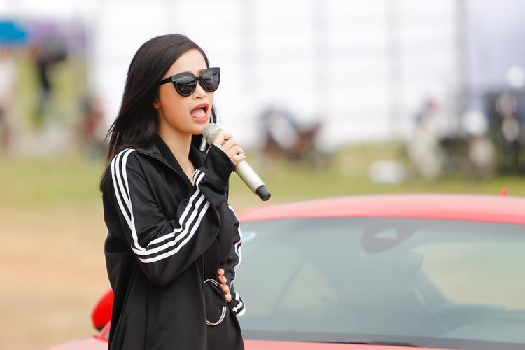 Đông Nhi mang hẳn xe tiền tỷ lên sân khấu đêm nhạc đầu năm