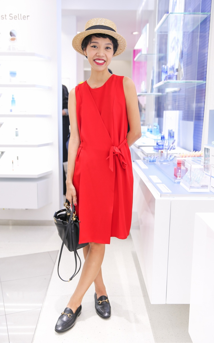 Senior Beauty Editor của tạp chí Elle nổi tiếng Nicky Khánh Ngọc đã có mặt trong sự kiện. Cô chọn thiết kế váy đỏ đơn giản nhưng nổi bật, thu hút sự quan tâm của đám đông.