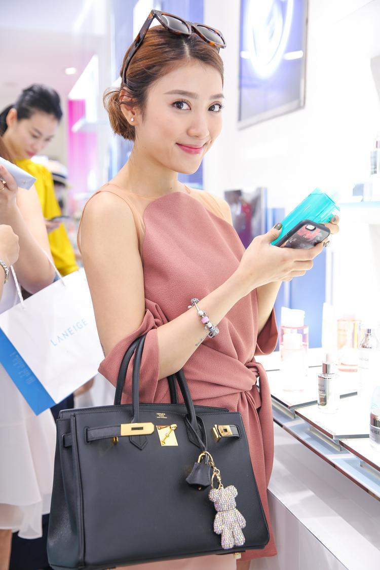 """Yumi Dương dù được biết tới là một người với vai trò MC nhưng cô nàng thường xuyên có những chia sẻ về bí quyết làm đẹp, chăm sóc da và có lượng theo dõi cao trên trang cá nhân. Vì vậy, khi biết tin thương hiệu làm đẹp nổi tiếng của Hàn được các diễn viên xứ sở Kim Chi """"cập bến"""" tại Việt Nam, cô đã vô cùng vui sướng."""