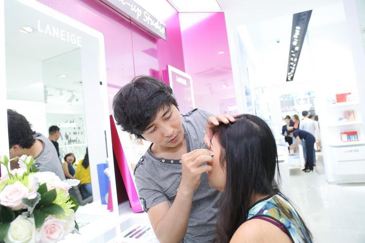 Chuyên gia trang điểm Tùng Châu cũng không bỏ lỡ dịp này, anh đã test thử nhiều sản phẩm dòng make up của thương hiệu và có những nhận định khá tốt.