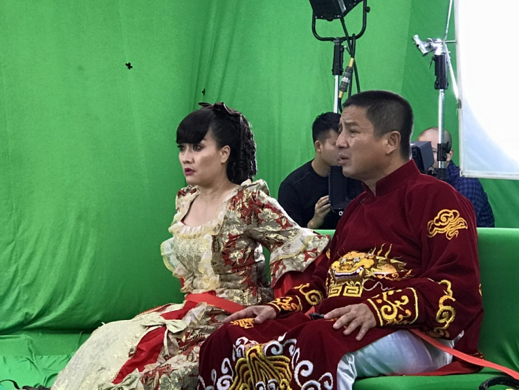 """Trong khi nghệ sĩ Chí Trung diện áo dài đậm chất phương Đông thì Vân Dung lại """"diêm dúa"""" với váy cổ điển phương Tây."""