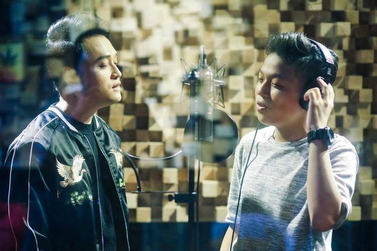 Hình ảnh cả hai thực hiện cảnh quay trong phòng studio.