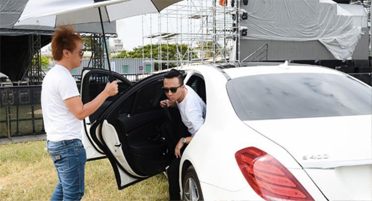 Vừa bước xuống xe, Trấn Thành đã thu hút sự chú ý của mọi người.