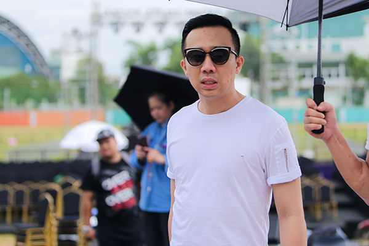 Gương mặt ông xã Hari Won tỏ ra khá mệt mỏi vì trời nắng nóng.